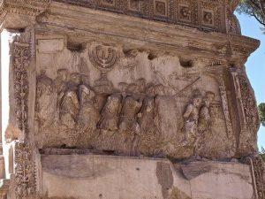 El Arco de Tito nos narra el expolio del candelabro de siete brazos del templo de Salomón, donde podemos apreciar el júbilo con el trasladado por las tropas