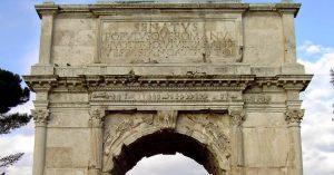 """Cartela con la frase dedicada al Emperador """"el Senado y el pueblo romano dedican el arco a Divo Tito Vespasiano Augusto"""""""