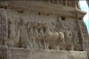 El Arco de Tito nos narra el desfile de carros y tropas y la entrada de las tropas romanas a la ciudad de Jerusalén y el expolio del candelabro de siete brazos del templo de Salomón